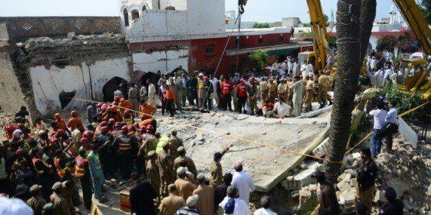 Des secouristes pakistanais sont sur les lieux d'un attentat suicide dans le village de Shadi Khan (nord-ouest),...