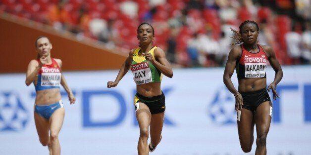 La Kényane Joyce Zakary (d) lors des séries du 400 m aux Mondiaux à Pékin, le 24 août