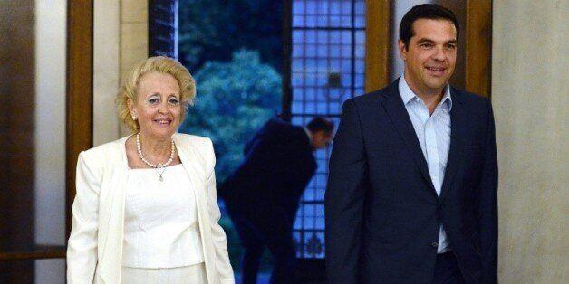 Le Premier ministre sortant, Alexis Tsipras, et la nouvelle Première ministre par intérim, Vassiliki...