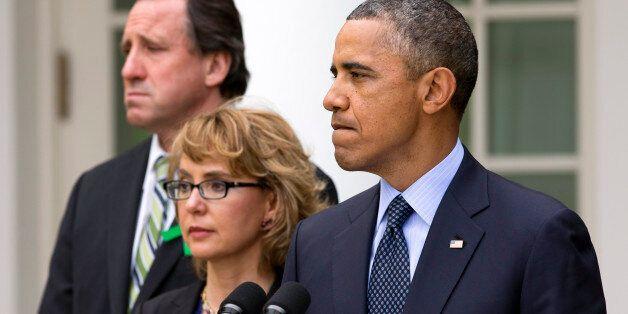 Obama lors de son discours sur les armes le 17 avril 2013 à la Maison Blanche avec le père d'une victime...