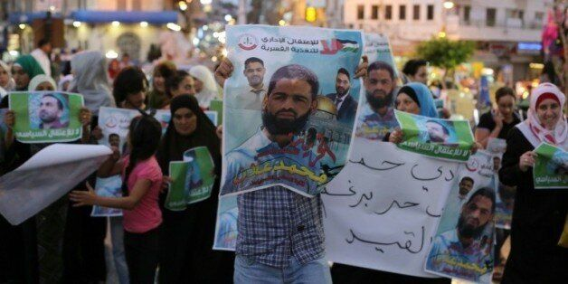 Des manifestants brandissent des affiches avec le portrait de l'avocat Mohammed