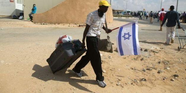 Un clandestin africain quitte le centre de rétention de Holot en Israël, le 25 août