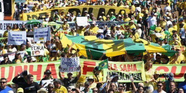 Manifestations de miliers btrésiliens ont manifesté contre Dilma
