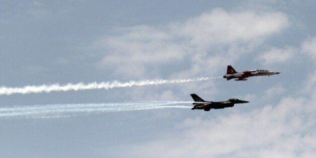 Deux avions de chasse de l'armée turque dans le ciel de Nicosie à Chypre, le 20 juillet