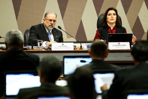 Augusto Aras, indicado para o cargo de procurador-geral da República, e a senadora Simone Tebet, presidente...