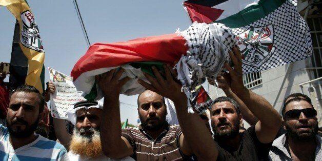 Les proches d'Ali Saad Dawabsha, le bébé palestinien brûlé vif dans un incendie criminel attribué à des...