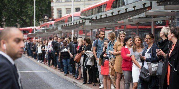 Des usagers attendaient jeudi matin 6 août à Victoria Station dans le centre de Londres des autobus,...