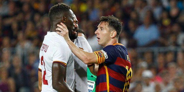 Lionel Messi et Mapou Yanga-Mbiwa se frictionnent tête contre tête lors d'un match amical