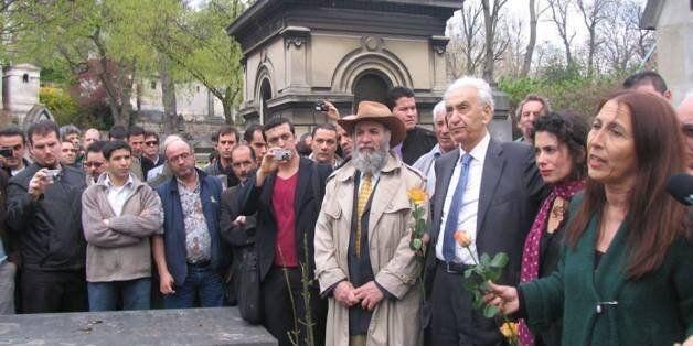 Aït AHMED avec Anne Mecili devant la tombe de Ali