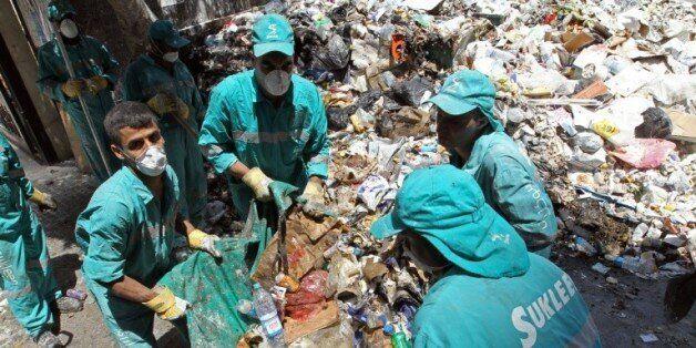 Des éboueurs ont commencé à ramasser les déchets dans les rues de Beyrouth le 26 juillet 2015 qui s'étaient...