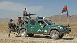 Plus de 100 policiers afghans se rendent aux talibans, après l'attaque de leur