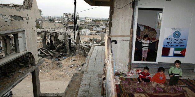 Des enfants palestiniens devant leur maison détruite à Shujaiya le 11 mai