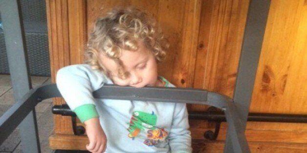 La preuve que les enfants peuvent s'endormir n'importe où