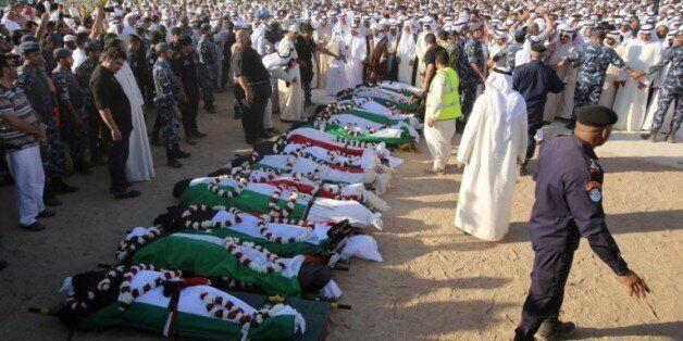 Prières au cimetière Jaafari de Koweit City, le 27 juin 2015, devant les corps de victimes de l'attentat...