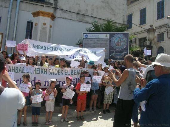 Sous la chaleur, enfants et adultes devant la mairie de Bejaïa pour défendre l'école de musique Sadek...