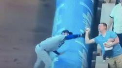 Il attrape une balle de baseball durant un match tout en nourrissant son bébé au