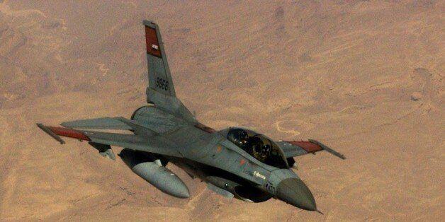 Des F-16 de l'armée égyptienne bombardent des positions de