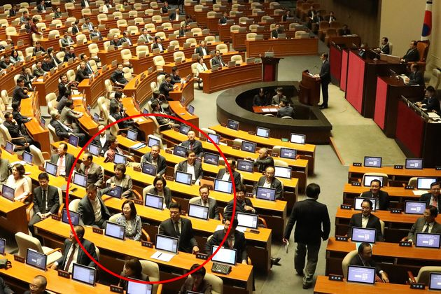 자유한국당 의원들이 26일 서울 여의도 국회 본청에서 열린 제371회 정기회 제2차본회의에서 조국 법무부 장관의 인사에 등을 돌리고