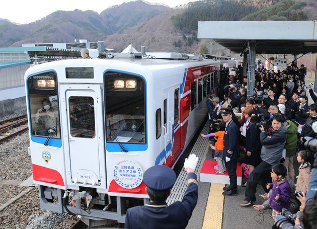 三陸鉄道リアス線が全線で運行を再開し、多くの人に見送られ釜石駅を出発する記念列車