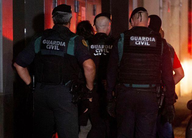 La Guardia Civil detiene a un individuo (2i) durante la operación policial contra activistas independentistas...