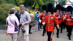 Quand les gardes de la reine d'Angleterre passent, les passants