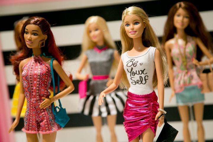 Η Mattel κυκλοφορεί την πρώτη κούκλα Barbie ουδέτερου φύλου.