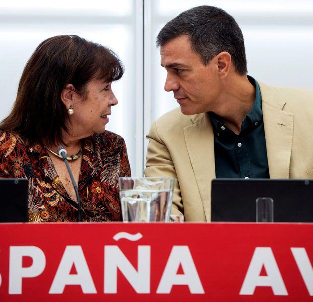 El secretario general del PSOE y presidente del Gobierno en funciones, Pedro Sánchez y la presidenta...
