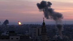 Israël frappe et menace