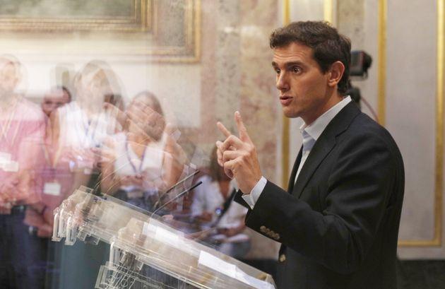 El líder de Ciudadanos, Albert Rivera, en el Congreso, tras la sesión de control al Gobierno...