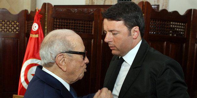Le Premier ministre italien Matteo Renzi, à droite, discute avec le Président tunisien Beji Caid Essebsi,...