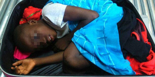 Fin heureuse pour l'enfant retrouvé au poste frontière à Sebta caché dans une valise, mais pas pour son