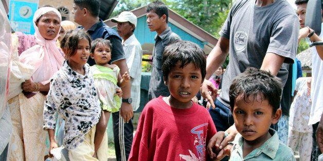 Des enfants Rohingya dont les bateaux ont échoués attendent pour être évacués vers un abri temporaire...