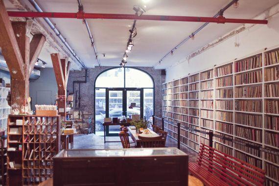 Plongée dans une bibliothèque originale où sont rassemblés des carnets de croquis du monde entier dans...