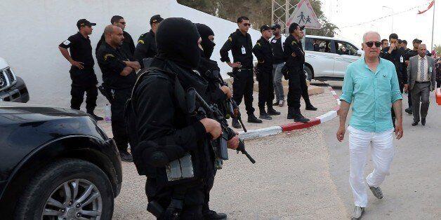 Des policiers tunisiens près de l'entrée de la synagogue de la Ghriba, le 6 mai