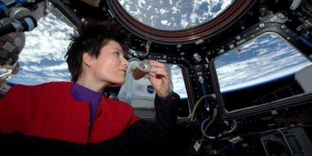 Un café dans l'espace: l'astronaute italienne Samantha Cristoforetti se fait le premier expresso dans