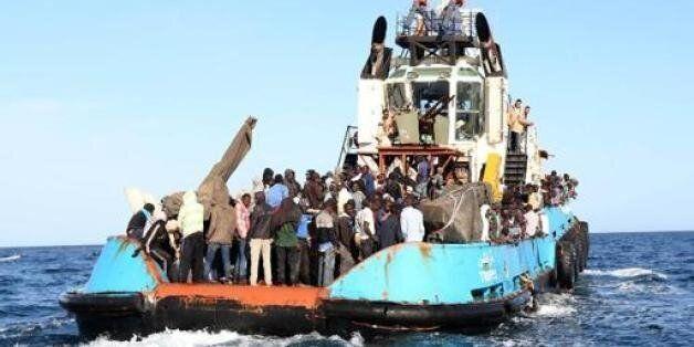 Photo fournie le 4 mai 2015 par la marine italienne de femmes et enfants transférés sur le bateau