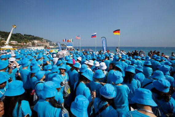 La plus longue phrase humaine vue du ciel formée par 6000 Chinois à Nice