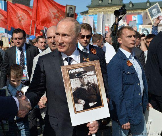Poutine, un portrait de son père à la main, en tête d'un cortège de 250.000 personnes à