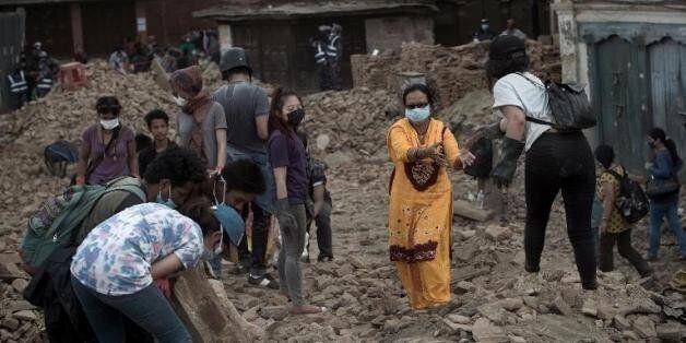 Six jours après le séisme au Népal, les opérations de recherche touchent à leur