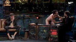 Un hombre completamente desnudo irrumpe en 'La
