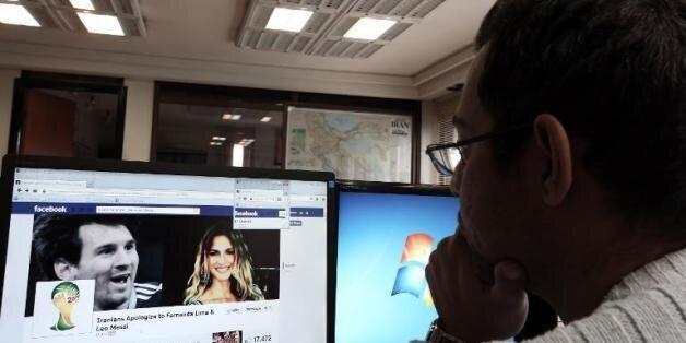 Un Iranien regarde une page Facebook contenant des informations concernant la star du football argentin...