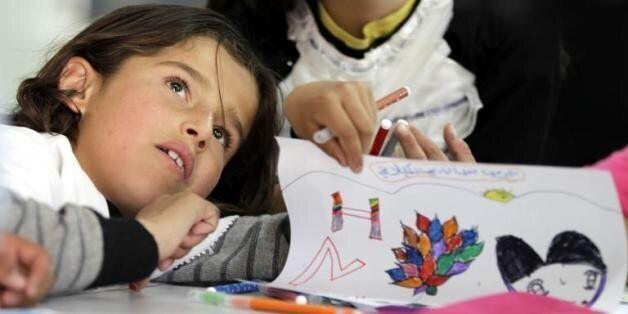 Une enfant dessine lors de l'inauguration de