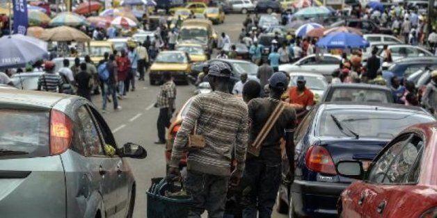 Des Camerounais vendeurs de rue cherchent des