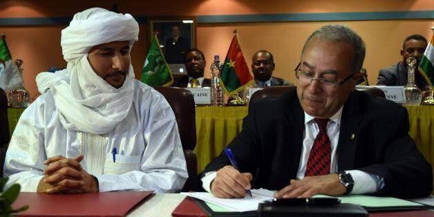 Le secrétaire du MNLA, bilal Ag Acherif, et le ministres des Affaires étrangères algérien Ramtane Lamamra,...