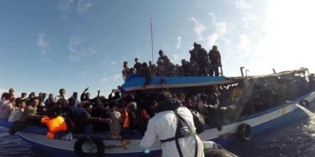 Photo extraite d'une vidéo transmise par la Marine italienne et prise le 13 avril 2015 lors d'une opération...