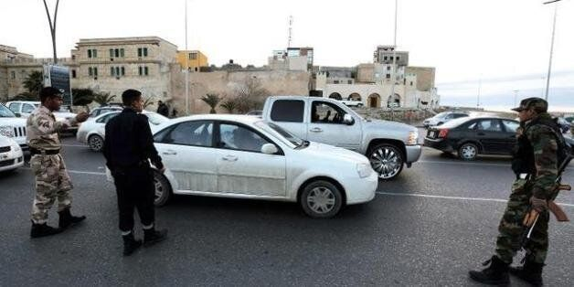 Des forces de sécurité libyenne effectuent des contrôles dans le centre de Tripoli, le 3 février