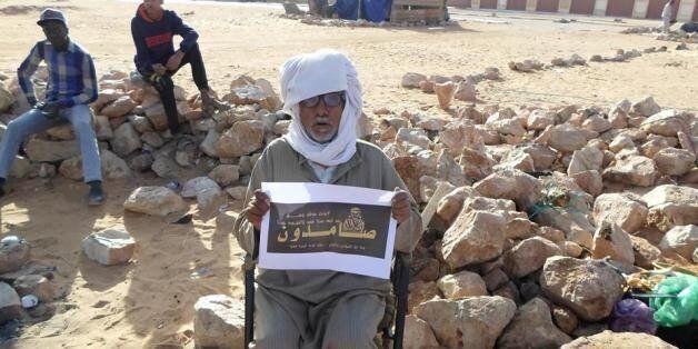 A In Salah, un vieil homme tient un feuille où est