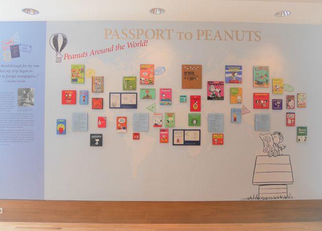世界中に翻訳されているPEANUTSが世界地図と共に展示されているチャールズMシュルツ