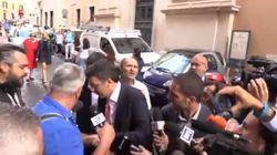Ressa per intervistare Renzi. L'operatore perde la scarpa e lui gliela restituisce