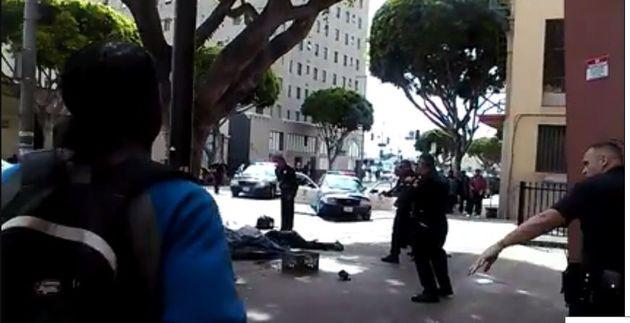 Scènes choc d'un sans abri tué par balles par la police dans le centre de Los Angeles